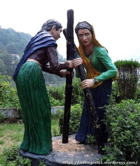 ऊखल कूटती पहाड़ की महिलाएं