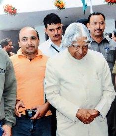 पूर्व राष्ट्रपति एपीजे अब्दुल कलाम साहब के बगल में
