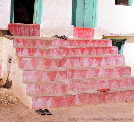 घर की सीढ़ियों पर ऐपण (वसुधारे)