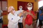 Prefeita Rhaiza Matos, vereadores Ricck e Regivan, e gerentes municipais participaram da vacinação de policiais civis, militares e bombeiros de Naviraí (27)