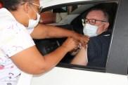 Prefeita Rhaiza Matos, vereadores Ricck e Regivan, e gerentes municipais participaram da vacinação de policiais civis, militares e bombeiros de Naviraí (32)