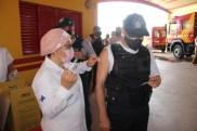 Prefeita Rhaiza Matos, vereadores Ricck e Regivan, e gerentes municipais participaram da vacinação de policiais civis, militares e bombeiros de Naviraí (37)