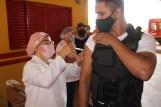 Prefeita Rhaiza Matos, vereadores Ricck e Regivan, e gerentes municipais participaram da vacinação de policiais civis, militares e bombeiros de Naviraí (43)