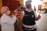 Prefeita Rhaiza Matos, vereadores Ricck e Regivan, e gerentes municipais participaram da vacinação de policiais civis, militares e bombeiros de Naviraí (44)
