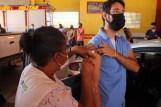 Prefeita Rhaiza Matos, vereadores Ricck e Regivan, e gerentes municipais participaram da vacinação de policiais civis, militares e bombeiros de Naviraí (46)