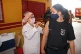 Prefeita Rhaiza Matos, vereadores Ricck e Regivan, e gerentes municipais participaram da vacinação de policiais civis, militares e bombeiros de Naviraí (54)