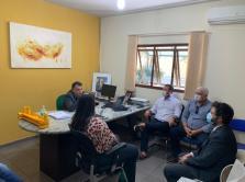 Prefeita Rhaiza Matos, vereadores e gerentes municipais em reunião com o empresário Suelio Ribeiro