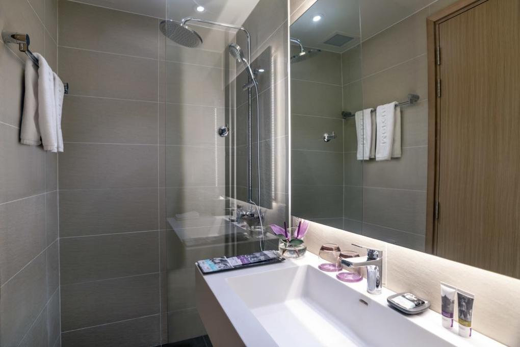 Lắp đặt phòng tắm kính khách sạn 5 sao