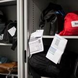 På hittegodskontoret baglokale er der hylder fyldt med tasker, som rejsende har glemt i toget. Foto: Shideh Morovati