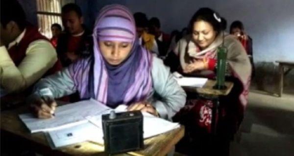 बिहार: परीक्षा केंद्र पर नहीं थी बिजली, एमरजेंसी लाइट लेकर पहुंचे छात्र