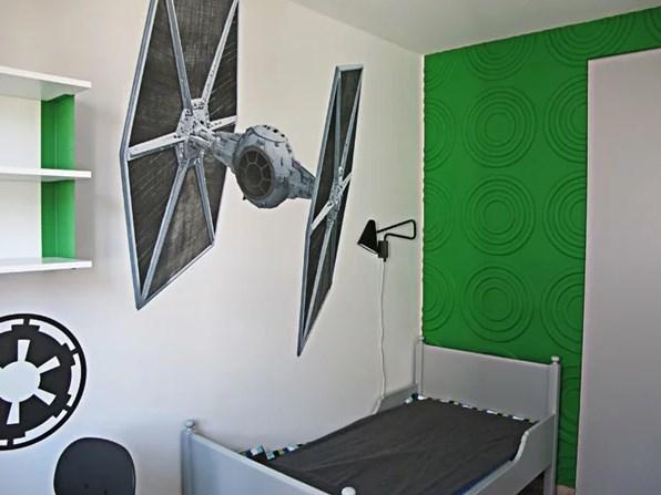Зеленое украшение стены у изголовья кровати полностью изменило стиль помещения и придало ему исключительный характер. Фото