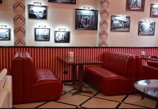 диван в кафе