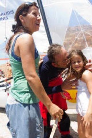 Με τη σύζυγο του Ελένη και την κόρη του Ματίνα στα Χανιά το 2011 μετά από τρεις ημέρες στο Αιγαίο.