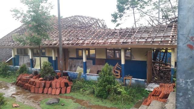 dua bangunan sekolah di Talegong