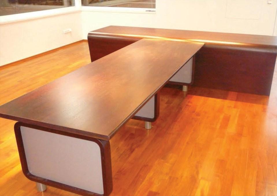 Ředitelský stůl