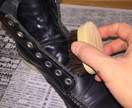 ブーツ全体のホコリ落とし