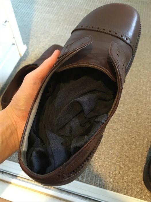 14革靴に布をつめる
