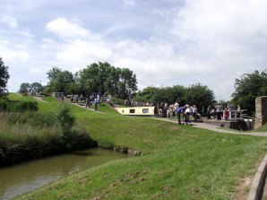 Gongoozlers at the bottom of Foxton Locks