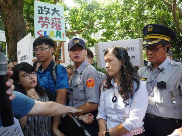 學生團體於教育部前抗議時,將雞蛋捏破,灑於出來陳情的官員身上。圖╱余雅琳提供