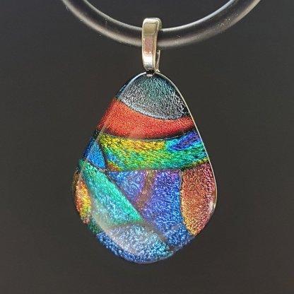 Dichroic diamond-shape pendnat