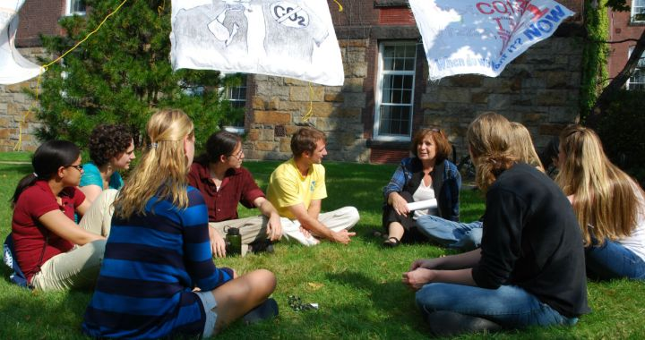 Karen Kashmanian Oates meeting with students on WPI campus. Photo credit: Tony Rinaldo.