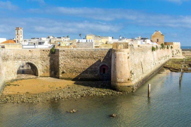 Cidades fantásticas cercadas por muralhas