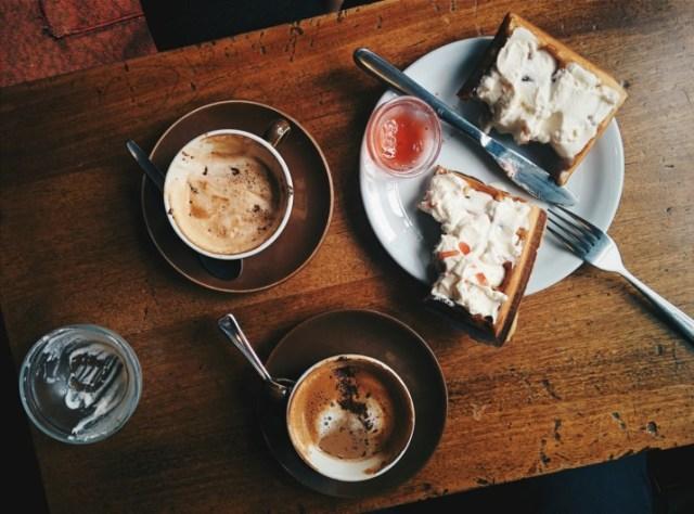 «O comer está na mesa» é erro de português?