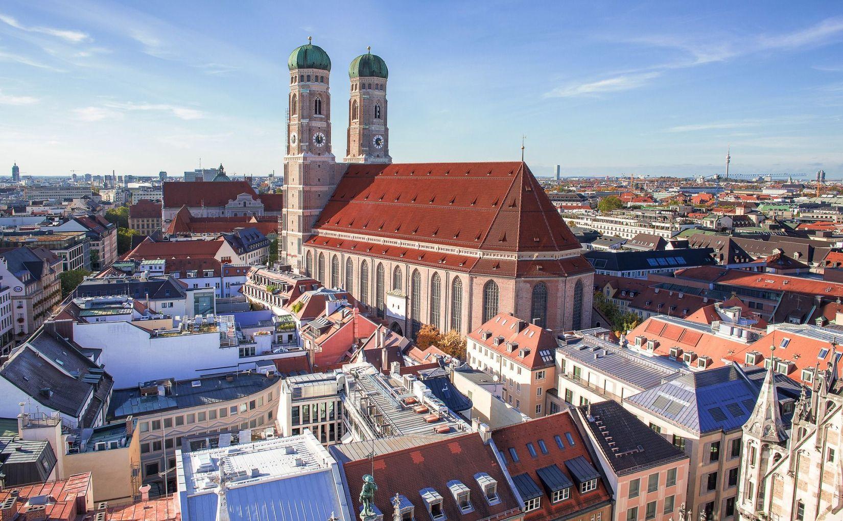 Münchner Dom und Baustelle