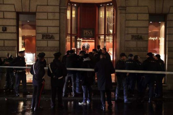 Среди бандитов напавших с топорами на ювелирный магазин в