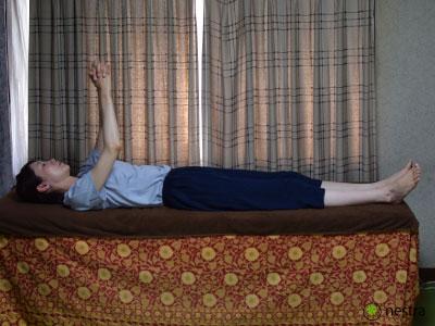 五十肩リハビリ-壁つたい-寝て1
