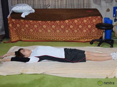 寝起き腰痛背伸び1