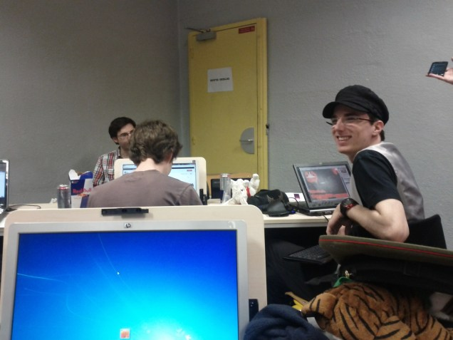 Grimm, qui pose au lieu de travailler sur le VN de son équipe (qui terminera premier du concours.)