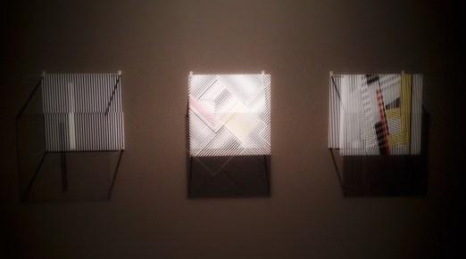 """Sotomagie"", 1967, Jesus Rafael Soto (1923–2005). Pleksiglass og serigrafi, à 40 x 40 x 18 centimeter."