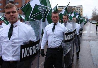 """Representanter for den nordiske """"motstandsbevegelsen"""" marsjerer."""