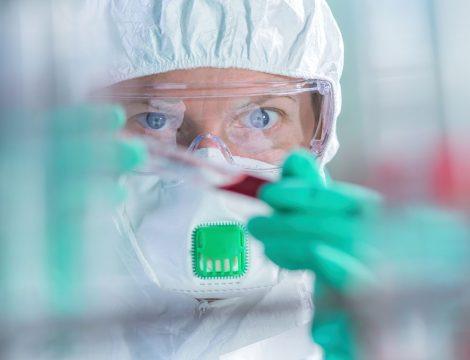 virologist-healthcare-professional-analyzing-N4T8XDL.jpg