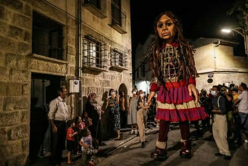 نماد دختران پناهجو در خیابان های ترکیه