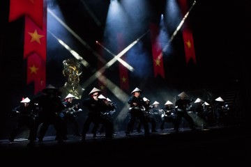 "Ensemble ""Miss Saigon"""