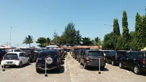 antrian mobil siang hari di Pelabuhan tanjung kalian, muntok (foto roni)