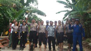 AKBP Frengky bersama perwira lainnya saat meninggalkan Pulau Nangka (foto Roni)