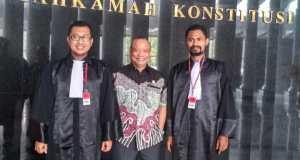 TIM TAKEN - Dua anggota Tim Advokasi Kedaulatan Ekonomi Indonesia (TAKEN), Benny Sabdo Nugroho (kiri bertoga) dan Gregorius Retas Daeng (kanan bertoga) mengapit pemohon judicial review terhadap UU No. 19 Tahun 2003 tentang BUMN, AM Putut Prabantoro.