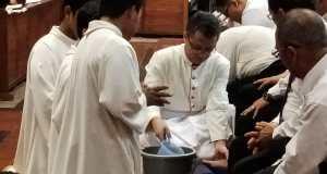 Uskup Pangkalpinang Mgr Prof Dr Adrianus Sunarko OFM membasuh kaki 12 tokoh Katolik sebagai simbol hendaknya saling melayani.