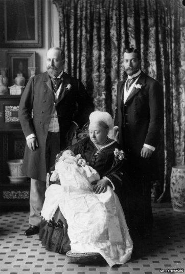 Fotografía del bautizo de Eduardo VIII, donde aparece su padre, su abuelo y su bisabuela: Jorge V, Eduardo VII y la reina Victoria. El príncipe, que nació el 22 de julio, fue bautiza.