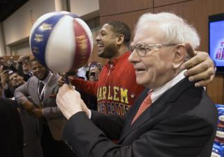 """# 13 El director general de Berkshire Hathaway, Warren Buffett, sostiene un balón que gira, con ayuda de Chris """"Handles"""" Franklin, de los Globetrotters de Harlem, en Omaha, Nebraska. (AP Foto/Nati Harnik)"""