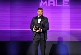 JUSTIN TIMBERLAKE fue uno de los grandes triunfadores de los American Music Awards al lograr tres de los cinco premios a los que estaba nominado. En la imagen, recogiendo el de Mejor Artista Masculino de Pop Rock. (GTRES)