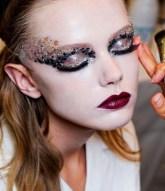 Reflejos translúcidos, iridiscentes, futuristas y magnéticos son la columna vertebral del maquillaje navideño, que este año pretende envolver a la mujer con un halo sofisticado y edulcorado a la par que mágico.