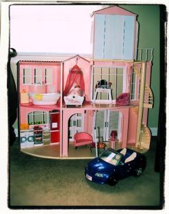 La casa de mis sueños de Barbie (1992) Existen pocas cosas más vinculadas con la muñeca Barbie de Mattel que su casa de los sueños. En su primera aparición en 1960, un año después del lanzamiento de Barbie en Estados Unidos, su primer hogar era poco más que un pequeño apartamento de cartón. Desde entonces, ha evolucionado mucho, creciendo de tamaño y convirtiéndose en uno de los juguetes más vendidos de la historia. En 1992, exactamente, fue el regalo que todas las niñas le pidieron a Santa Claus según la infografía. Por el contrario, resulta increíble que la muñeca no aparezca en la lista.