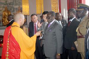 President Mugabe receives essence from Master Hui Kai at Jinan Buddha Temple in Chiadzwa