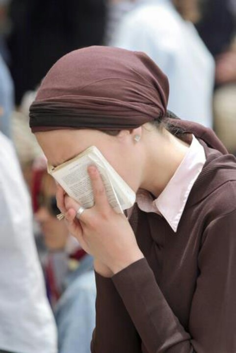 deep in prayer. Forgiveness from the teachings of Rabbi Ashlag