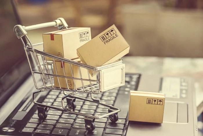 imagem compras na internet referente a e-commerce dinheiro - imagem compras na internet referente a e commerce 700x468 - Como Ganhar Dinheiro na Internet: As 55 Melhores Maneiras (2021)