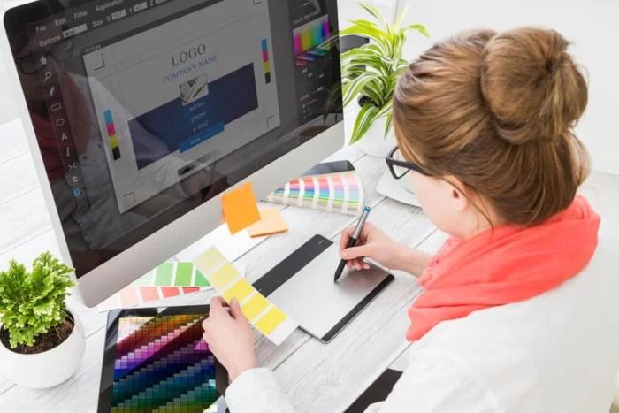 profissional de design grafico dinheiro - profissional de design grafico 700x467 - Como Ganhar Dinheiro na Internet: As 55 Melhores Maneiras (2021)